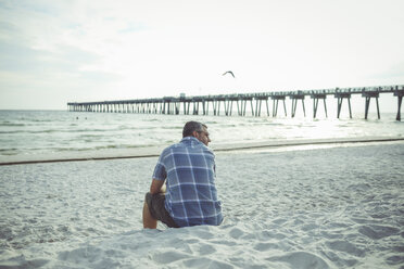 USA, Man sitting at Panama City Beach - SHKF00709