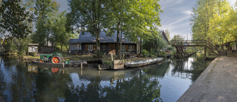 Germany, Spreewald, Lehde, house and tractor at rivershore - FR00479