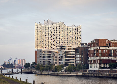 Germany, Hamburg, Hafencity, view to Elbe Philharmonic Hall with multi-family houses in the forekground - WHF00057