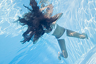 Young woman underwater in a pool - MAUF00917