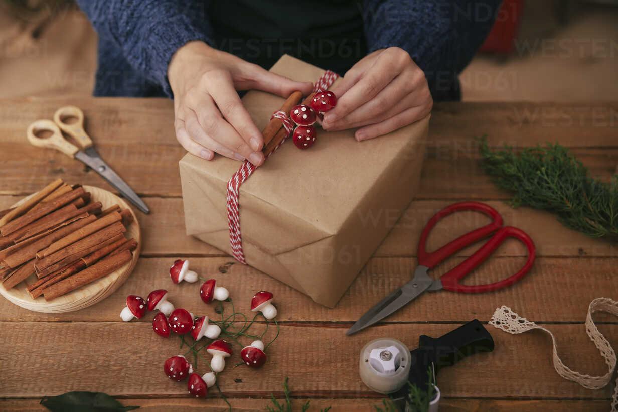 Woman's hands decorating Christmas present - RTBF00492 - Retales Botijero/Westend61