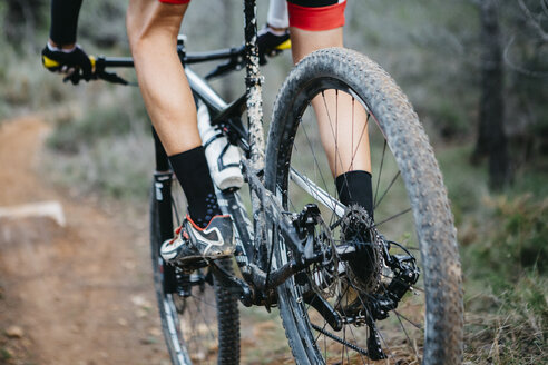 Close-up of mountainbiker on forest trail - JRFF00993