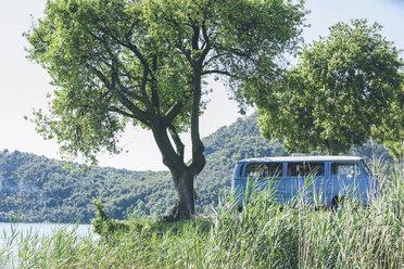 Italy, Lake Garda, camping bus at lakeshore - SBOF00285