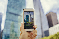 Man takes a photo with cell phone in Manhattan - GIOF01590