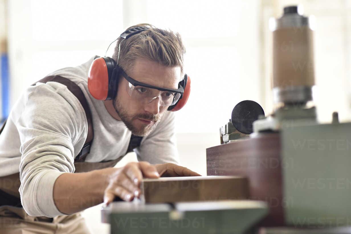 Carpenter using belt sander in his workshop - LYF00666 - lyzs/Westend61