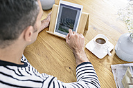 Man using tablet on table - MADF01188