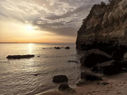 Sonnenaufgang an einem Strand an der Algarve, Portugal, Algarve, Lagos - BMAF00296