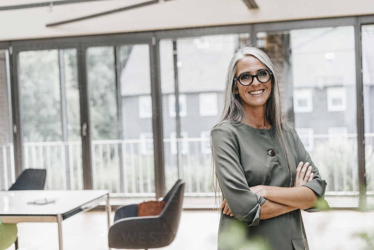 Portrait of smiling woman with long grey hair in office - KNSF00448 - Kniel Synnatzschke/Westend61