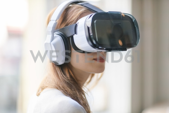 Woman wearing Virtual Reality Glasses and headphones - TAMF00771 - A. Tamboly/Westend61