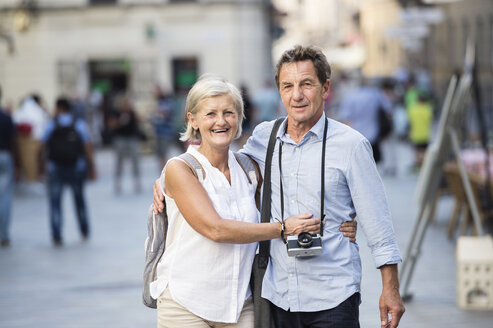 Portrait of happy senior couple on city trip - HAPF01131