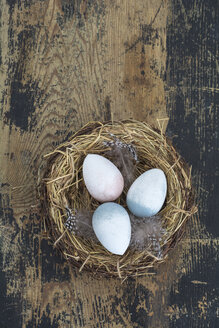 Straw nest with Easter eggs on wood - ODF01465