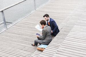 USA, New York City, Business people meeting outdoor - UUF09225