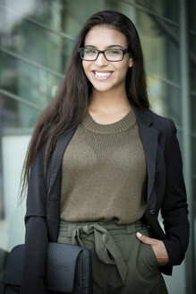 Portrait of fashionable young businesswoman - GDF01172