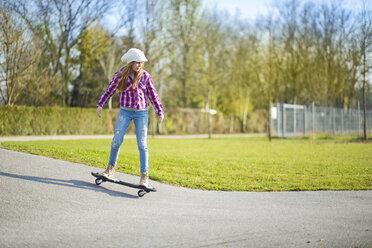 Girl skateboarding - MAEF12056
