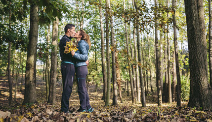 Couple kissing in the autumnal forest - DAPF00482