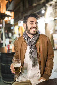 Happy man with beer at outdoor bar - JASF01360