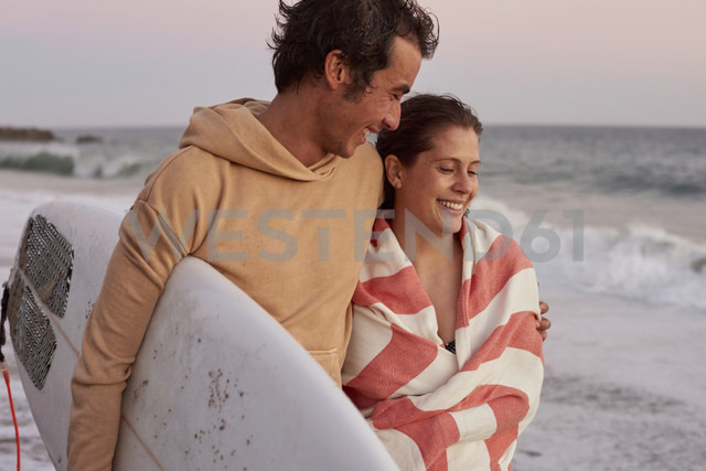 Smiling young couple on the beach carrying surfboard - WESTF22075 - Fotoagentur WESTEND61/Westend61