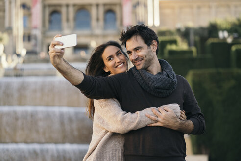 Spain, Barcelona, couple in love taking selfie with cell phone - KKAF00116