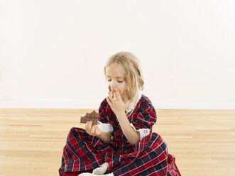Little girl eating chocolate - FSF00610