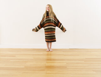 Girl wearing oversized knit pullover - FSF00643