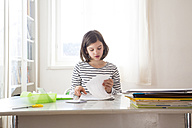 Girl doing homework - LVF05664