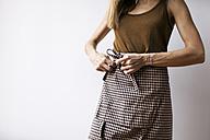 Woman tying around apron - VABF00886