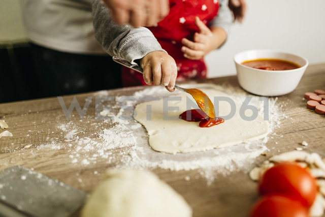 Father and son preparing pizza together - JRFF01084 - Josep Rovirosa/Westend61