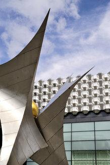 Germany, Dresden, Centrum-Galerie with sculpture 'Voelkerfreundschaft' in the foreground at Prager Strasse - BT00450