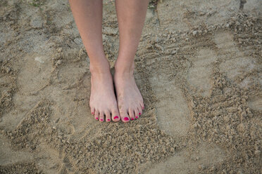 Women's feet on sand - JUNF00711