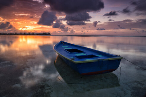 Maldives, Guraidhoo, boat in the water at sunset - DSGF01264