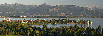 Germany, Lindau, Lake Constance, view from Hoyerberg on island and mountains - SHF01917
