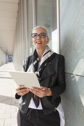 Portrait of fashionable mature woman with tablet - JUNF00731