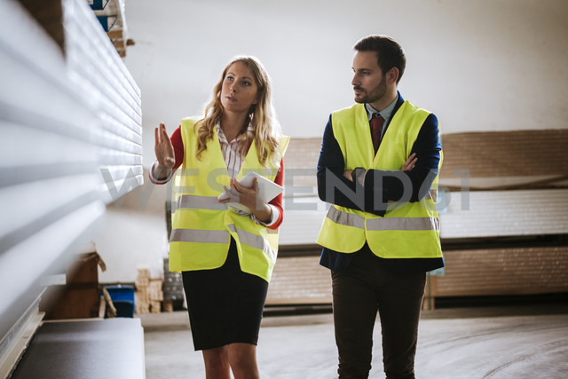 Man and woman in warehouse supervising stock - ZEDF00462 - Zeljko Dangubic/Westend61
