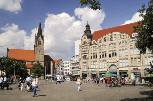 Germany, Erfurt, view to Kaufmannskirche and shopping mall - BT00458