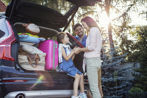 Happy family packing car for vacation - WEST22318