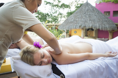 Massage at vacation resort - ABAF02102