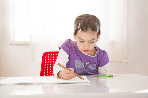 Little girl making a drawing on sheet of paper - LVF05731