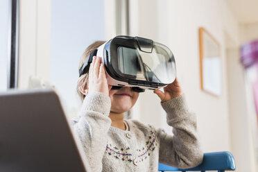 Little girl using VR glasses - UUF09532