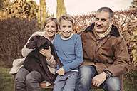 Portrait of family with Labrador Retriever - MFF03399