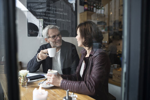 Mature couple in a cafe - RBF05360