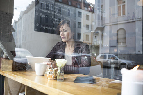 Woman with tablet in a cafe - RBF05363