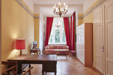 Empty apartment with antique furniture - RHF01689