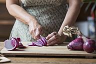 Woman preparing red onions for onion pesto - ALBF00052
