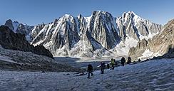 France, Chamonix, Argentiere Glacier, Les Droites, Les Courtes, Aiguille Verte, group of mountaineers - ALRF00752
