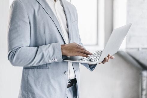 Businessman using laptop - KNSF00828