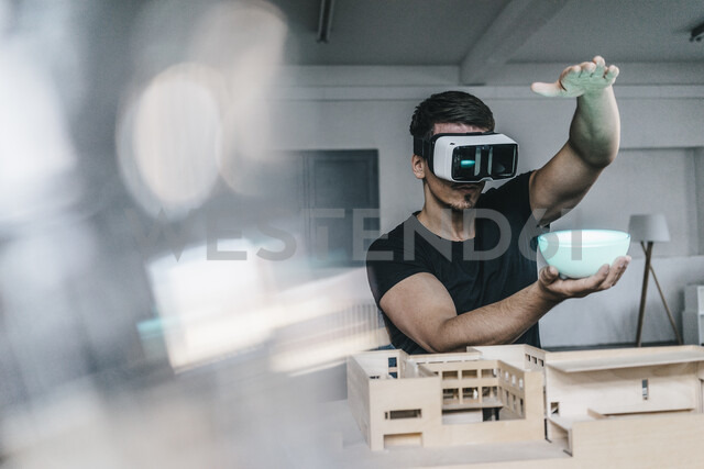 Man with architectural model and VR glasses holding bowl - KNSF00834 - Kniel Synnatzschke/Westend61