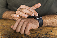 Close-up of man using smartwatch - TCF05282