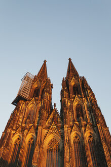 Germany, Cologne, view to Cologne Cathedral from below at sunset - GWF04938