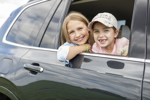 Girls sitting in car, looking out of window - WESTF22368