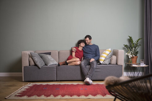 Couple sitting together on the couch - RBF05451